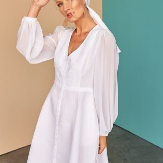 Soraya white linen dress Fácil Blanco Dubai Sustainable Fashion